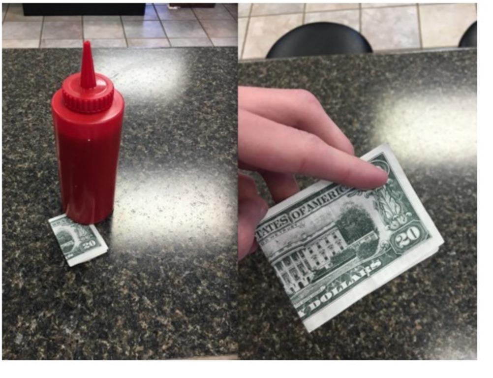 Официант думал, что ему оставили чаевые в размере 20 долларов, но внутри  купюры  он нашел тайное послание