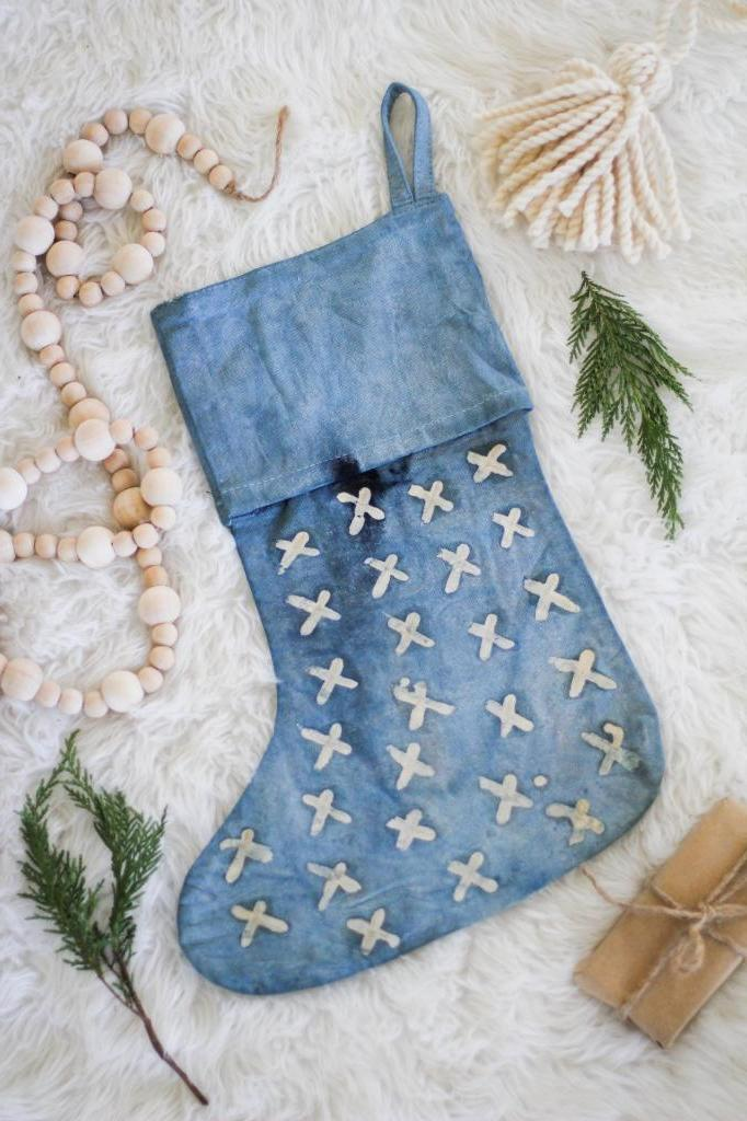 Окрашивание ткани в технике батик: делаем новогодние носочки для подарков в цвете индиго