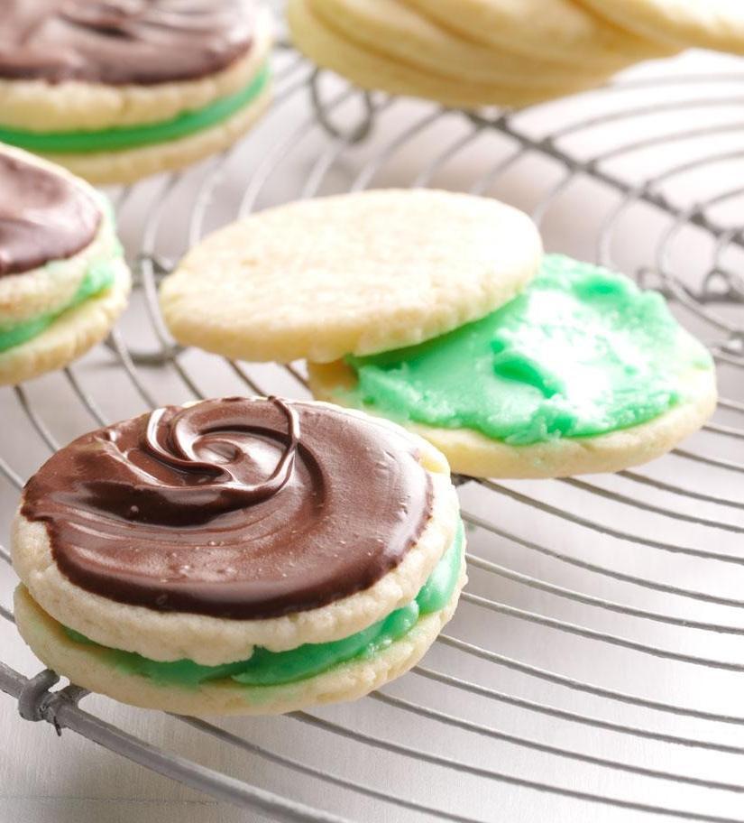 Новогоднее настроение я создаю с помощью печенья-сэндвичей с мятной начинкой и шоколадно глазурью: рецепт, который обожает вся семья