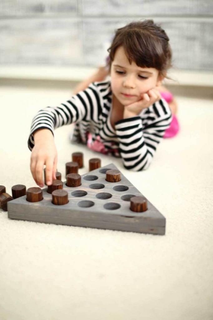 Детей лучше приучать к правильным игрушкам: делаем интересную головоломку из натурального дерева