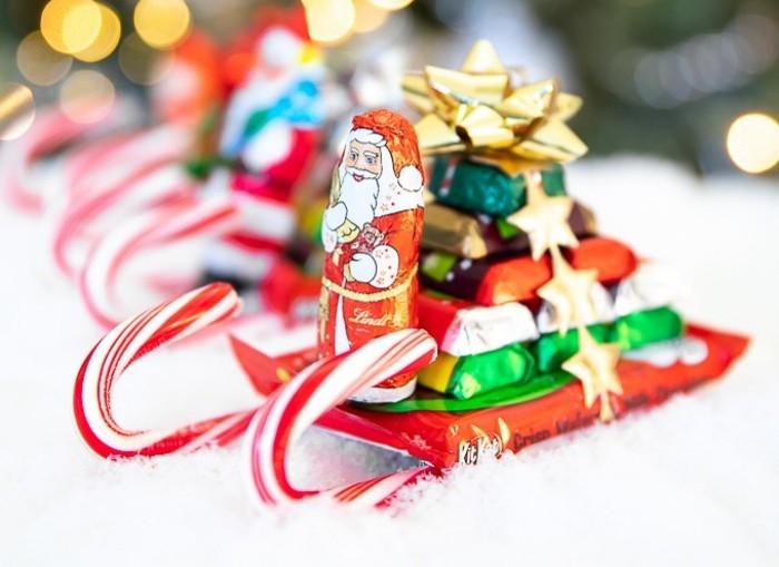 Как из батончика KitKat, миниатюрных конфет, леденцов и шоколадного Деда Мороза сделать сладкий подарок - сани для детей