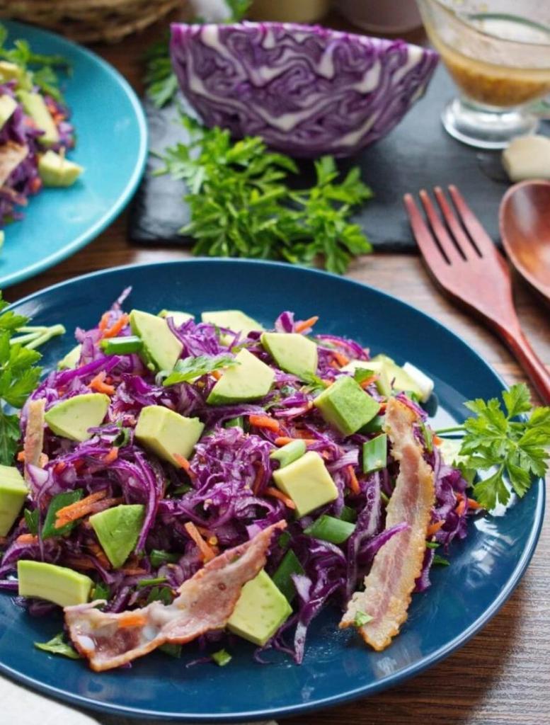 Очень вкусный салат: красная капуста, бекон и авокадо. Идеальное дополнение к лучшему празднику
