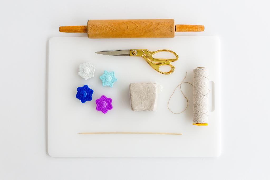 Печеньки, которые нельзя съесть: делаем простые и красивые украшения на елку из глины