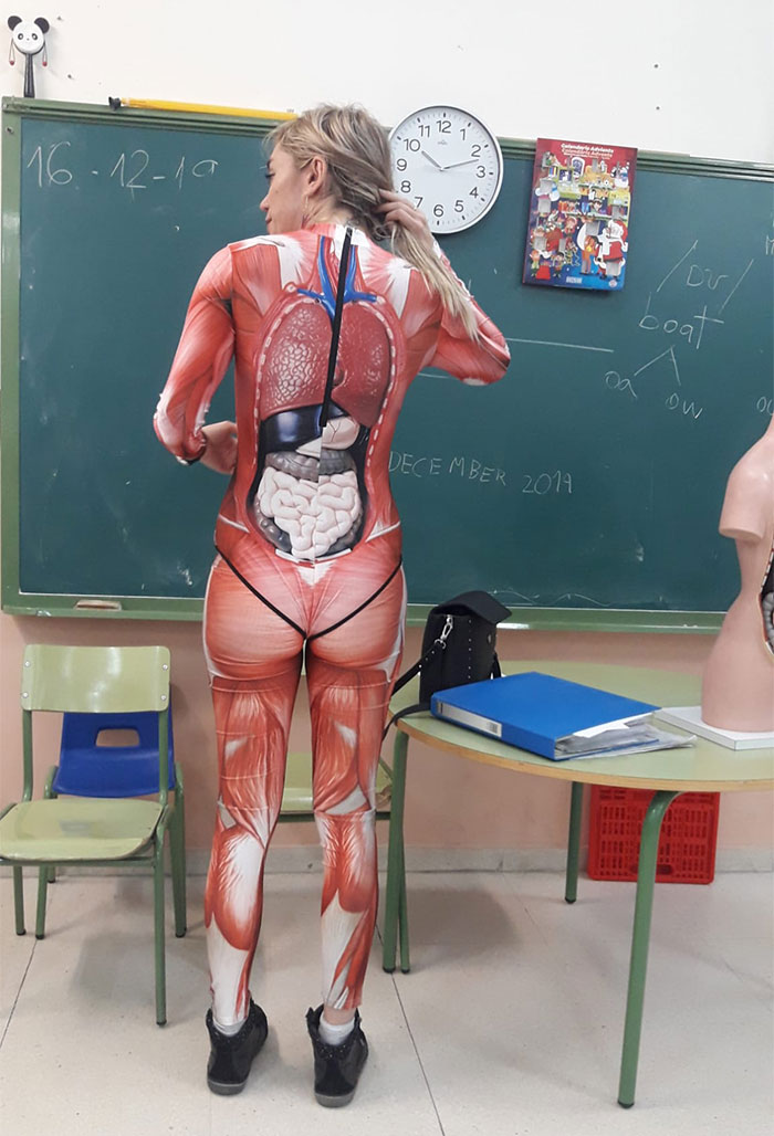 Преподавательница дала урок анатомии в костюме на все тело