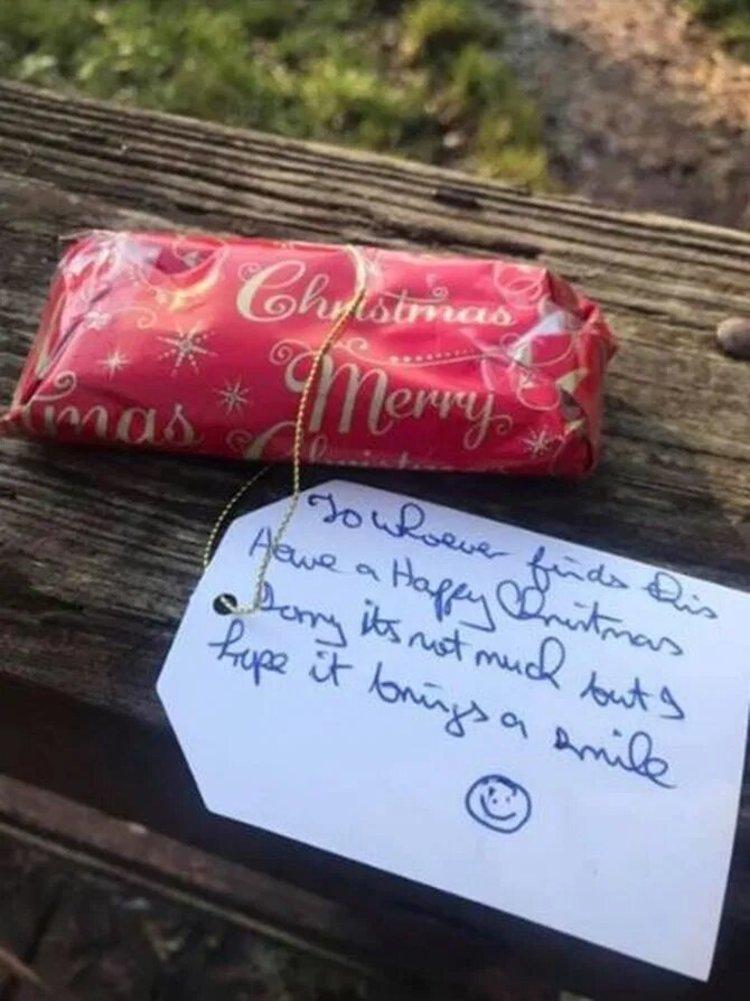 Тайный Санта оставляет подарки по всему городу, чтобы порадовать любого, кто найдет их