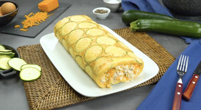 Завернула омлет с сыром, курицей и кабачками в рулет и подала на завтрак: съели с удовольствием