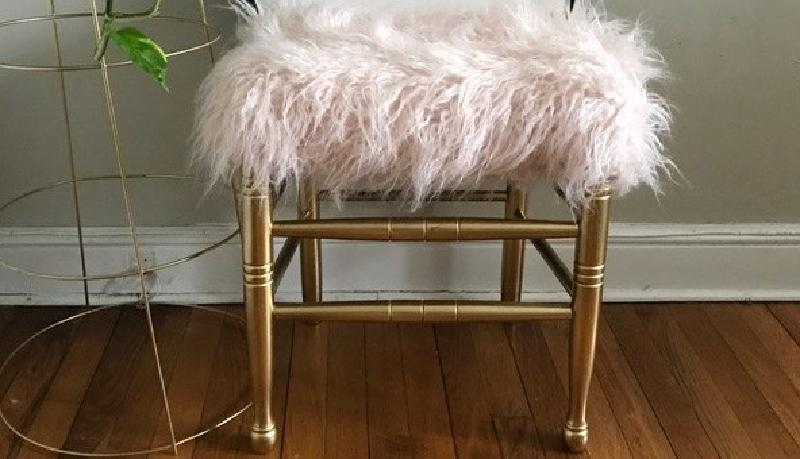 За пару часов сделала из старого стула новый табурет для ног с искусственным мехом