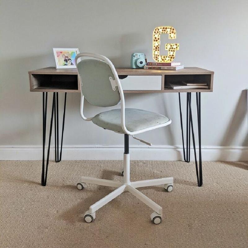 Дочь друга всегда просила новый письменный стол в свою спальню: он просто решил переделать старый. Девочка была довольна результатом