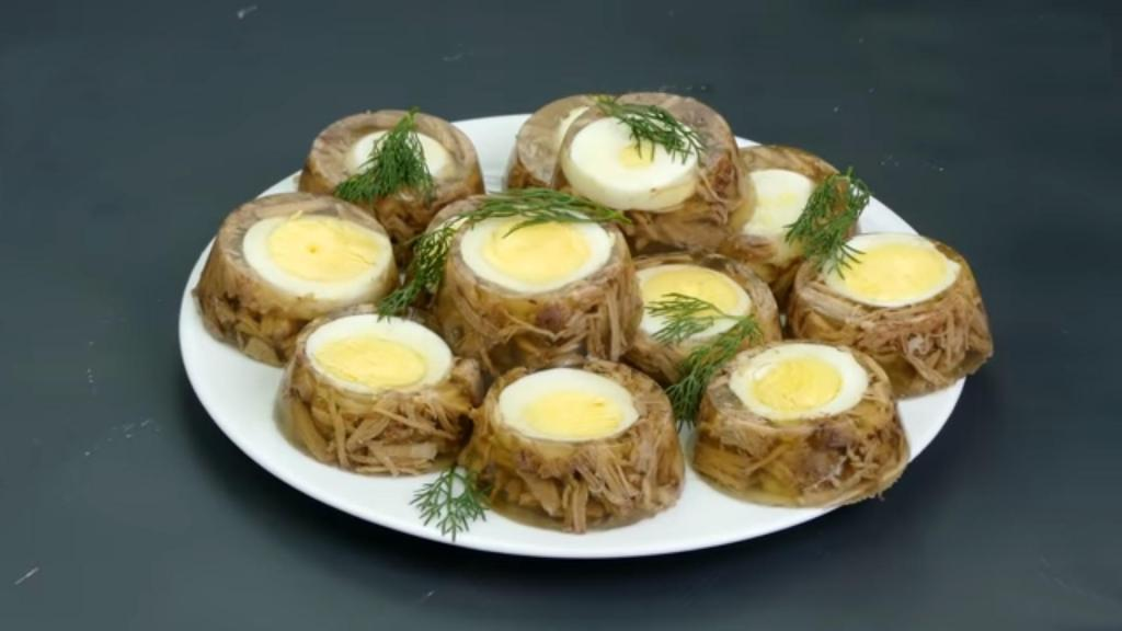 Ни один Новый год в нашей семье не обходится без фирменного холодца с яйцом: главный секрет – форма для кексов