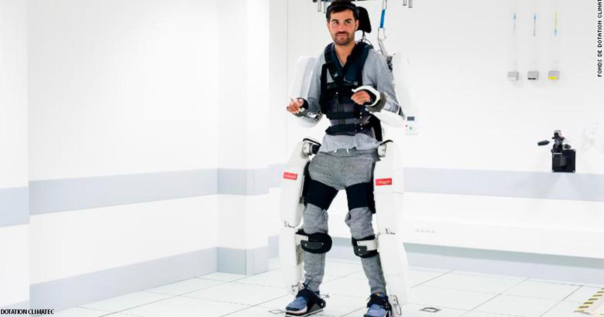 Парализованный мужчина начал ходить с помощью этого костюма робота