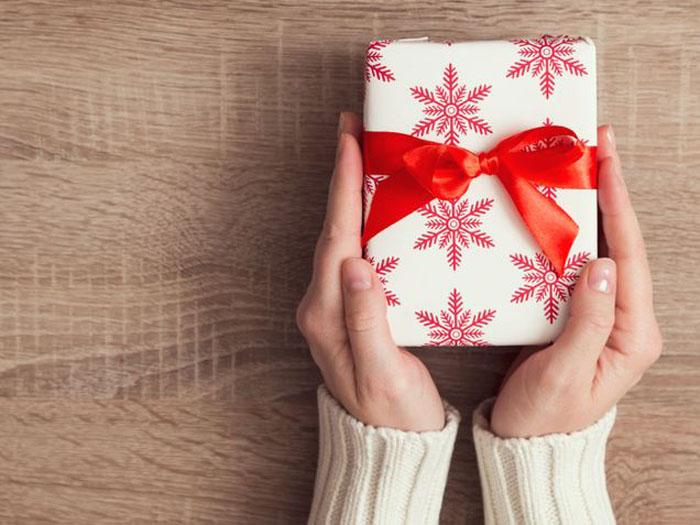 Проблемы тех, кто празднует день рождения в декабре: подарки, завернутые в рождественскую бумагу, и не только