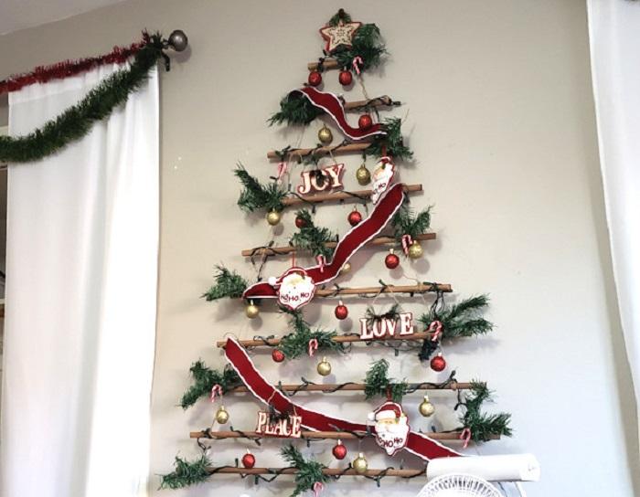 Женщина взяла деревянные палочки и сделала из них красивый новогодний декор на стену. Теперь в ее доме царит праздничная атмосфера