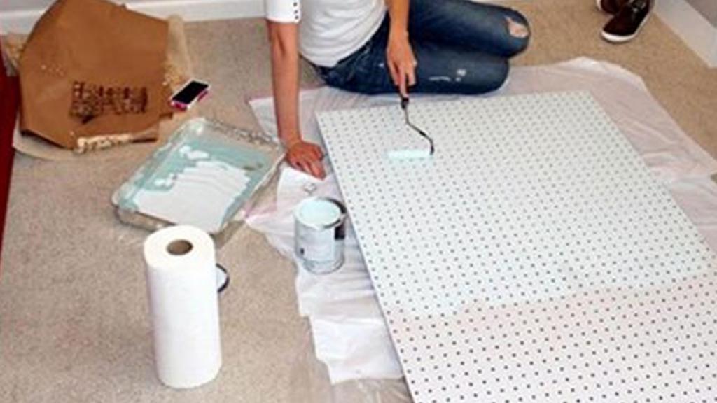 Женщина покрасила обыкновенную перфорированную плиту: у нее получился стильный элемент декора