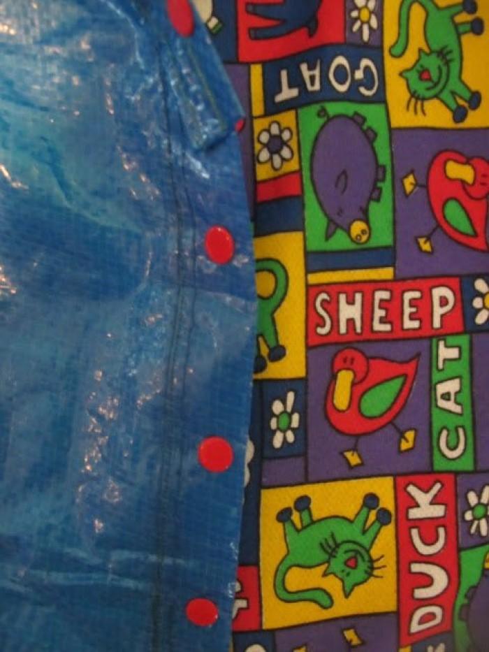 Подруга решила сэкономить и сшила сыну плащ из икеевской сумки: я бы такое своему ребенку не надела