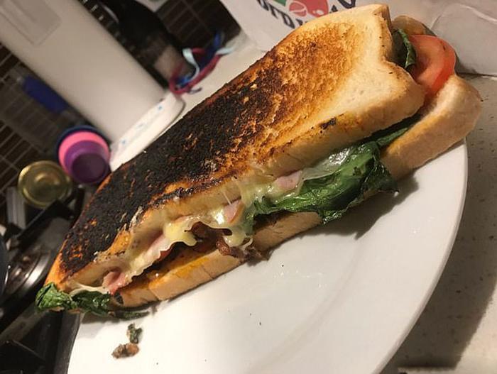 В булочной Сиднея продавцы нарезают хлеб вдоль, чтобы люди смогли сделать себе «лимузин-бутерброд»