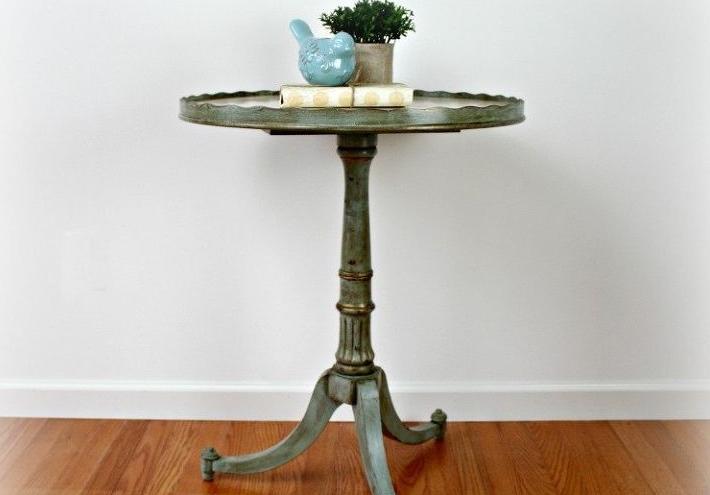 Давно искала такой старинный круглый стол. После реставрации выглядит стильно и подошел под наш интерьер
