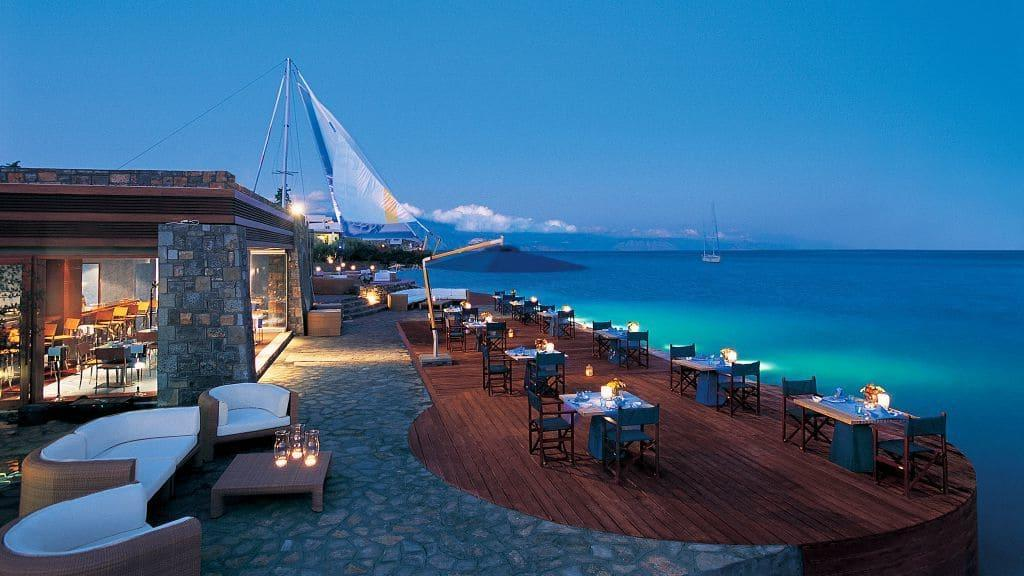 Отель Elounda Bay Palace на самом краю Средиземного моря предлагает роскошные развлечения
