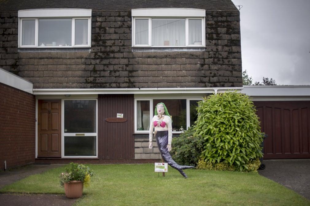 Фредди Меркьюри и Человек-Паук не в форме: креативные пугала ухоженных британских деревушек