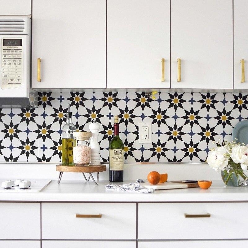 Нестандартное решение: идеи дизайнеров по оформлению кухонного фартука яркими обоями