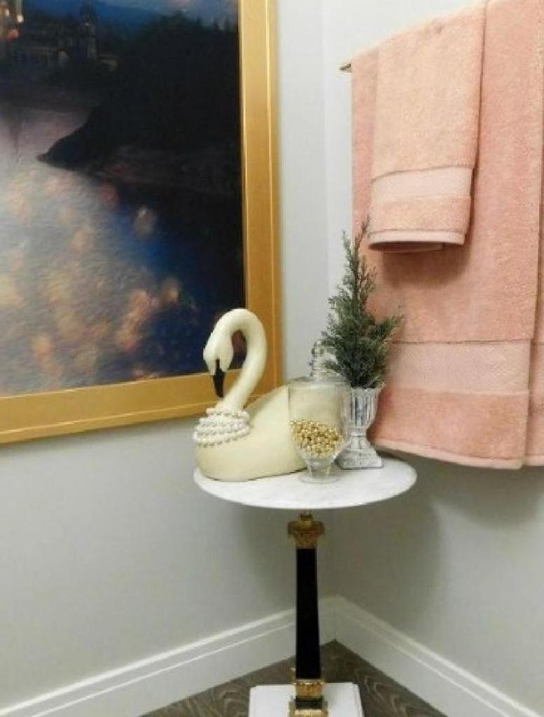 Изюминкой интерьера ванной комнаты стало сказочное панно из шторы, сделанное своими руками