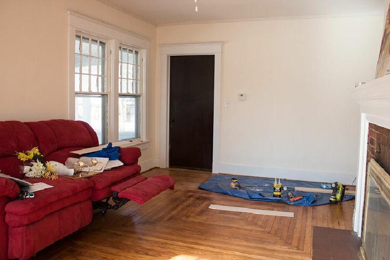 Мешковина на стенах - интересная идея для современной гостиной