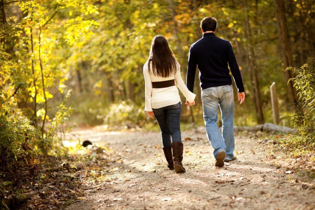 Картинка пара на прогулке