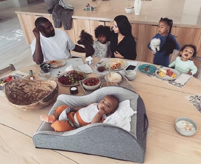 Ким Кардашьян и Канье Уэст поделились в Instagram своим «утренним безумием» с 4 детьми, но пользователи отреагировали неоднозначно