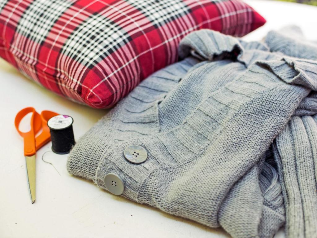 Как из старых свитеров и рубашек сделать оригинальные наволочки на подушки: простой способ внести изюминку в интерьер