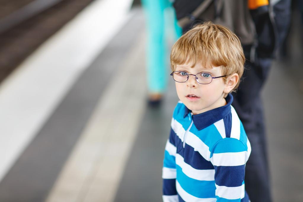 4 летний Витя смотрел, как женщина в метро играет на мобильном. Ее реакция заставила бабушку Вити расплакаться