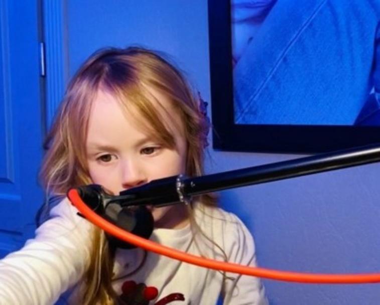Четырехлетняя дочь Игоря Николаева пошла по стопам отца и освоила синтезатор (видео)