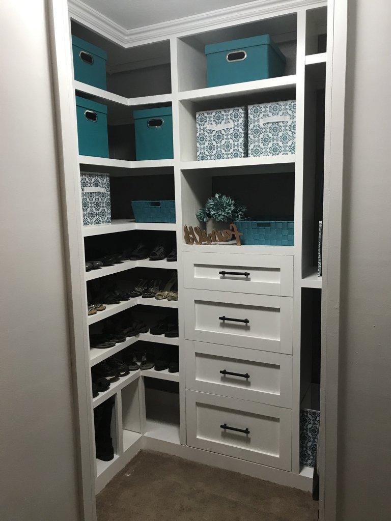 Полок много не бывает: как грамотно организовать пространство в гардеробной