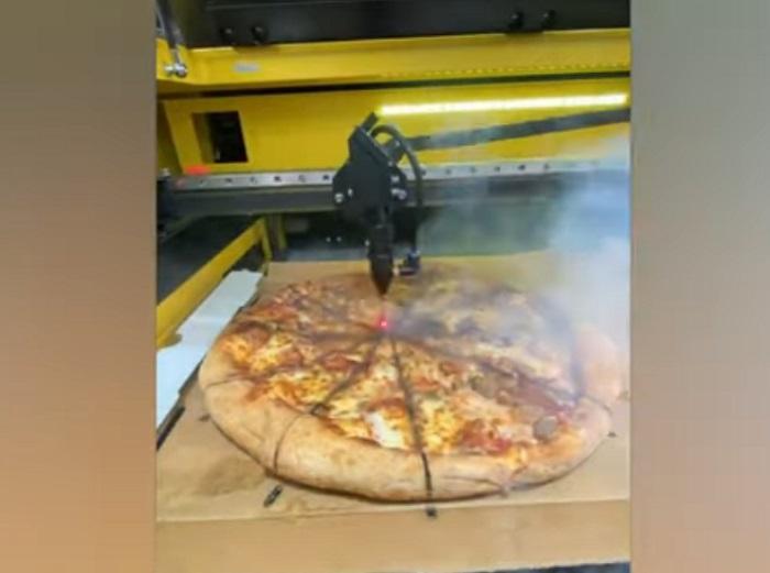 Изобретательный мужчина использовал лазер, чтобы порезать пиццу: вышло эффектно, но не вкусно