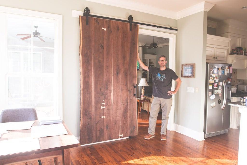Стильно и значительно экономит место: как сделать дверь на рельсах из натурального дерева