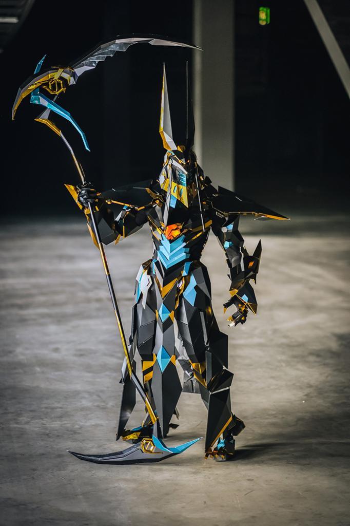 Девушка потратила 1000 часов, работая над невероятно реалистичным костюмом Анубиса из зеркального винила