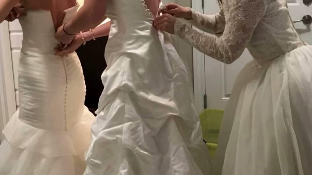 Вечеринки в свадебных платьях стали модным явлением, поэтому женщины могут собраться и надеть свое платье еще раз