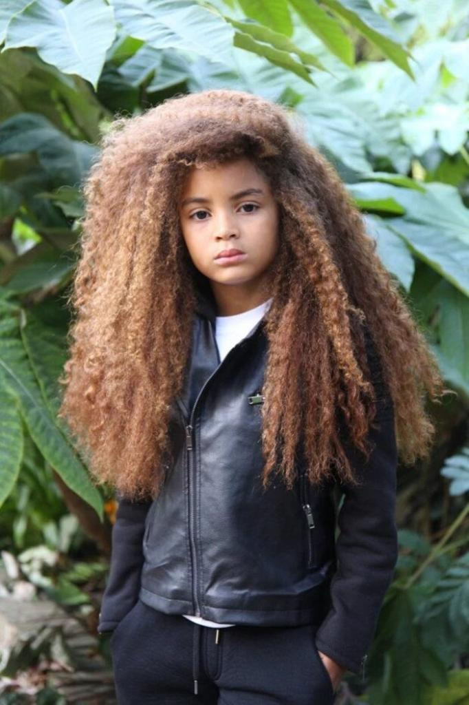 Восьмилетнего мальчика-модель не берут в школу из-за его длинных волос. Отчаявшаяся мама готова объявить сына небинарным