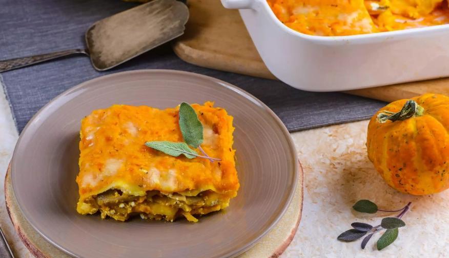 Накормила домочадцев потрясающей лазаньей без мяса: рецепт с тыквой, сыром и грибами