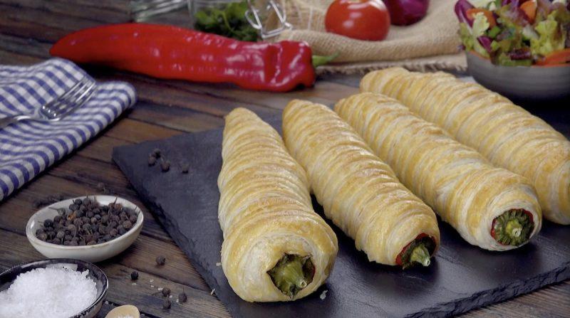 Фаршированные перцы получатся еще вкуснее, если завернуть их в слоеное тесто