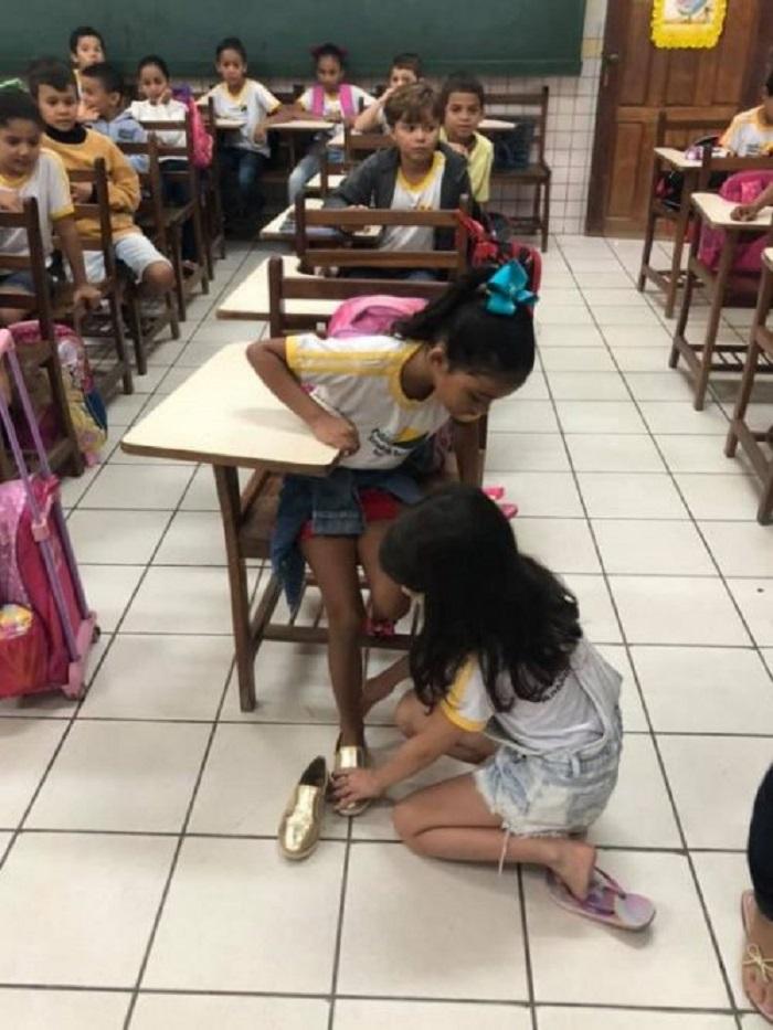 Девочка вошла в класс, держа в руках свои туфли, и подошла к ученице: это был подарок