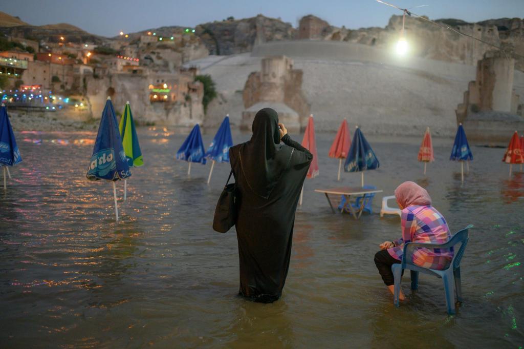 Древний турецкий город начинает исчезать под водой: как выглядит новая Атлантида и что предпринимают местные жители (фото)