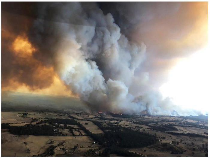 Порождаемые лесными пожарами в Австралии грозы генерируют молнии и ветра, которые могут разносить опасные тлеющие частицы на многие километры