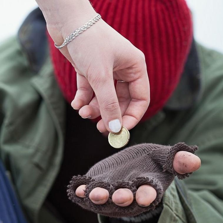 Юлия подала монету нищему, а потом привела к себе. Но мужчина оказался неблагодарным