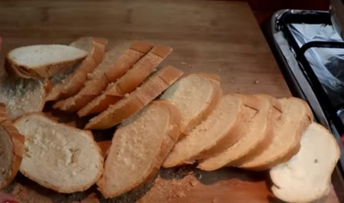 Больше не жарю хлеб в яйце: выкладываю ломтики на противень, поливаю смесью и запекаю