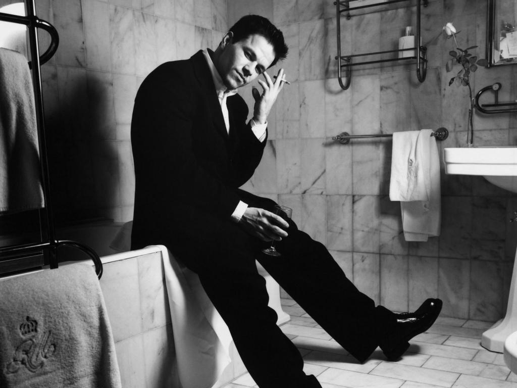 Исследование: треть опрошенных мужчин проводят семь часов в год в ванной, прячась от своих семей
