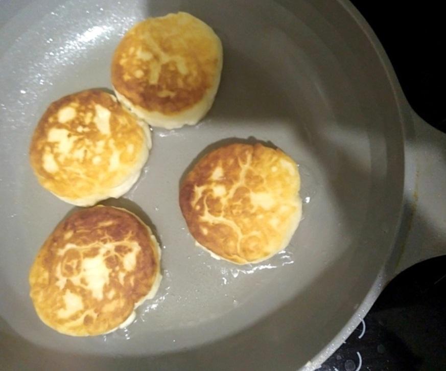 Чтобы не полнеть от сырников, запекаю их в духовке под сочной сметанной заливкой: простой рецепт, которым пользуюсь уже 5 лет