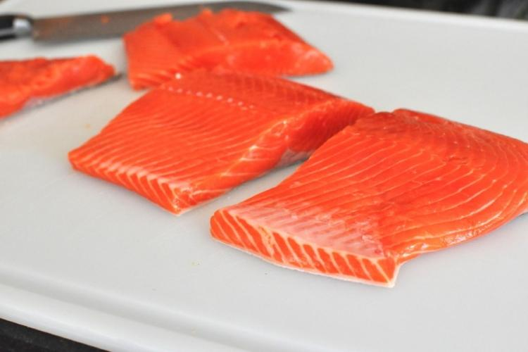 Филе лосося со спаржей, эскаролом, картофелем и лимонным соком. Фирменный рецепт от шеф-повара