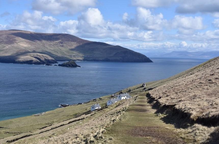 Не знаете куда поехать? Например, есть уединенный ирландский остров, куда требуется пара, которая будет управлять туристическими объектами с апреля по октябрь