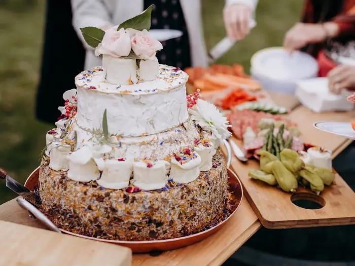 Нетрадиционный подход: жених и невеста отдали предпочтение свадебному торту, целиком состоящему из сыра. Гости остались довольны