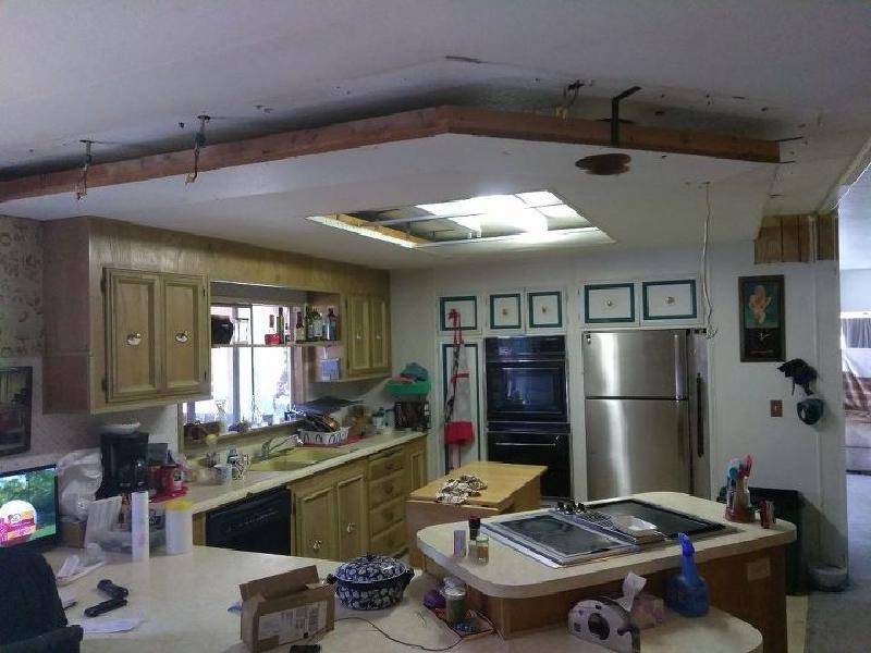 Ремонт в кухне начали со столешницы: понадобились DVD-диски, эпоксидная смола. Мы остались довольны результатом