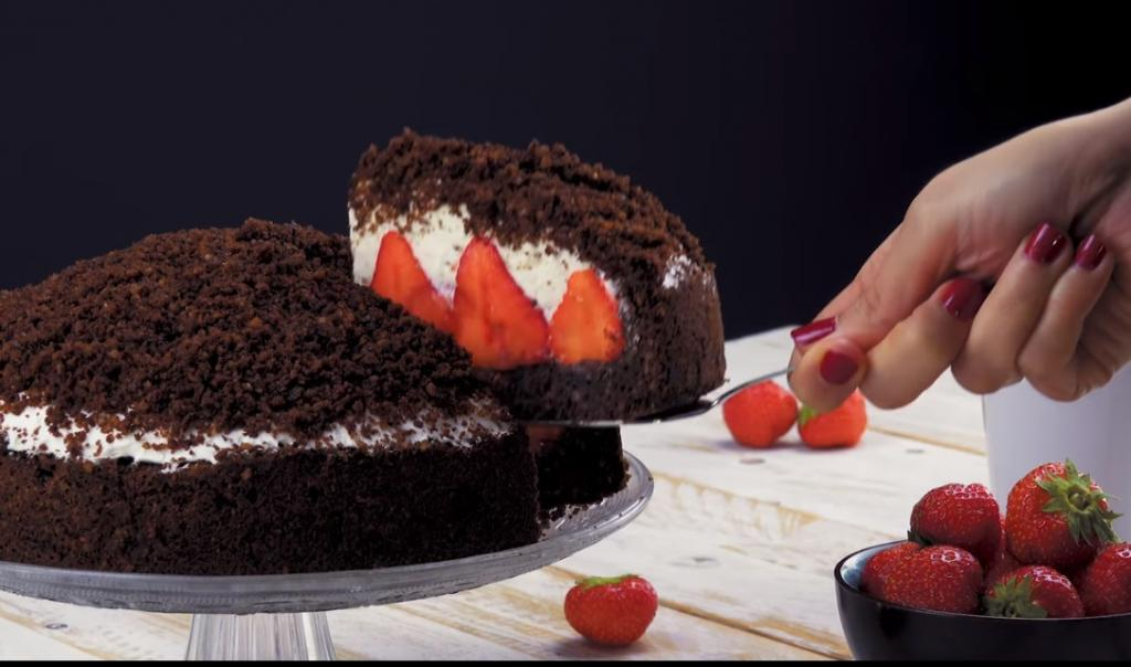 В гостях у подруги-немки всегда угощаемся ее фирменным тортом с клубникой: рецепт очень легкий